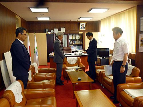 五島市長への引渡の様子