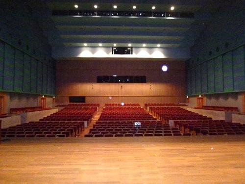 大ホールを舞台から撮影
